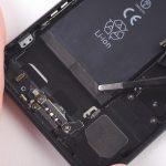 در لبه زیرین باتری آیفون 7 دو چسب به صورت نوار وجود دارند. با استفاده از پنس یا موچین یکی از این نوارها را از روی باتری باز کنید.