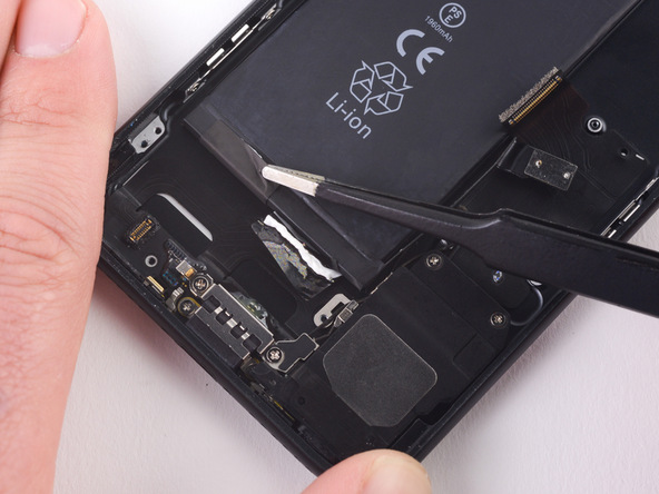 نوار دوم را هم به شیوه مشابه از روی باتری باز کنید.