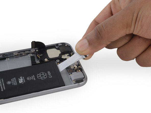 دومین چسب نگهدارنده باتری آیفون 6 اس تعمیری را هم دقیقا مثل مرحله قبل باز کنید.