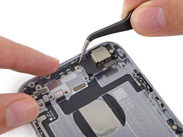 کاوری که در گوشه براکت لنز دوربین اصلی آیفون 6 تعمیری قرار دارد را با پنس از روی آن بردارید.