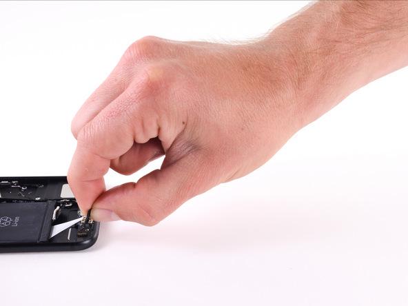 با انگشت خود لبه یکی از چسب های محافظ باتری را گرفته و به آرامی و با قدرت یکنواخت و تحت زاویه یکسان آن را به بکشید.