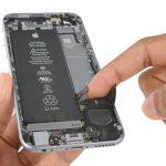 اسپیکر آیفون 6 اس تعمیری را مثل عکس از بخش فوقانی به بیرون درب پشت گوشی کشیده و از روی آن جدا نمایید.