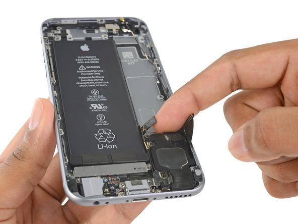 اسپیکر آیفون 6 اس تعمیری را از درب پشت گوشی جدا نمایید.