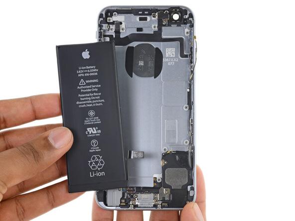 باتری آیفون 6 اس تعمیری را از قاب پشت گوشی جدا کنید.
