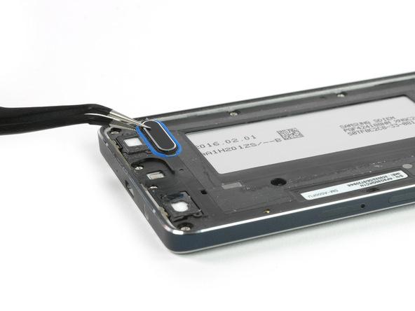 دکمه هوم گلکسی A5 2015 تعمیری را با پنس از روی بدنه آن بردارید.