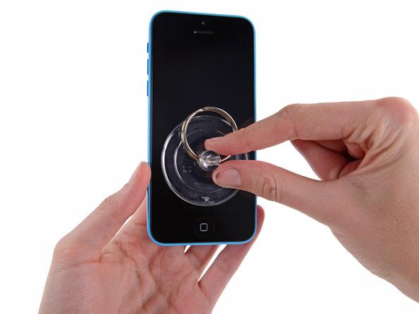 ساکشن کاپ را مثل عکس به گونهای روی صفحه نمایش آیفون 5c تعمیری بچسبانید که بیشتر نزدیک به لبه زیرین گوشی باشد. دقت کنید که ساکشن کاپ روی دکمه هوم (تاچ آیدی) آیفون قرار نگیرد.