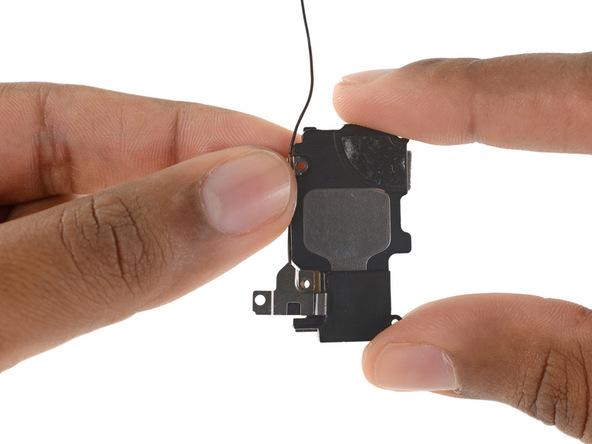 کابل آنتن فوقانی در لبه سمت چپ اسپیکر به یک گیره کوچک متصل است. به آرامی این گیره را مثل عکس های ضمیمه شده آزاد کنید.