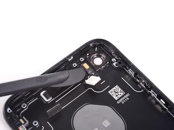 با لبه پهن هالبرد اسپاجر، میکروفون آیفون 7 تعمیری را مثل عکس های ضمیمه شده از روی پنل پشتی دستگاه جدا کنید.