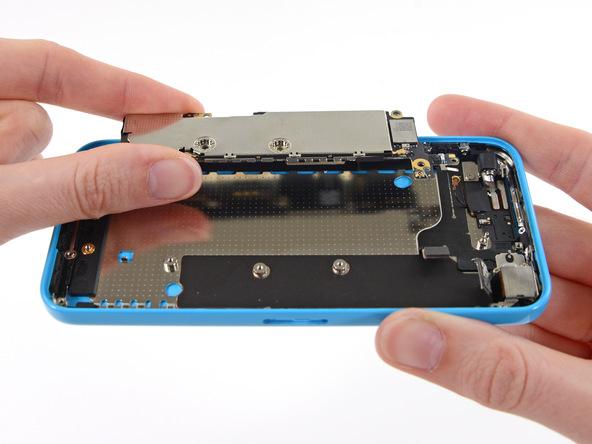 برد آیفون تعمیری را از درب پشت گوشی جدا کرده و در گوشه امنی قرار دهید و ادامه پروسه تعویض درب پشت آیفون 5C را روی باقی مانده بدنه گوشی دنبال کنید.