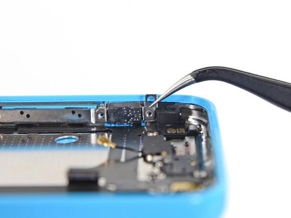 گیره یا کلیپس نگهدارنده براکت دکمه ولوم آیفون را با نوک پنس از لبه قاب گوشی جدا کنید.