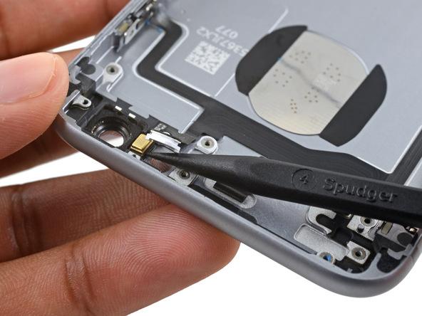 در کنار چراغ فلش آیفون 6 اس یک میکروفون طلایی رنگ وجود دارد. به آرامی نوک اسپاتول را در زیر آن قرار داده .