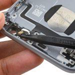 در کنار چراغ فلش آیفون 6 اس تعمیری یک میکروفون طلایی رنگ وجود دارد. این میکروفون را با نوک اسپاتول از روی درب پشت گوشی باز کنید.