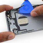 نوک پیک را دقیقا از کنار دکمه تنظیم صدای آیفون 6S تعمیری به زیر کابل مذکور فرو برده.