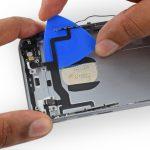 نکته: اگر تمایل دارید سیم دکمه پاور آیفون 6 اس تعمیری بدون هیچ آسیب دیدگی از درب پشت گوشی جدا شود، دقت کنید که به آن آسیبی وارد ننمایید.