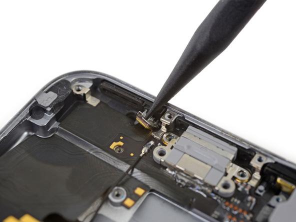 دو میکروفون طلایی رنگ در لبه پایین درب پشت آیفون 6 اس واقع شدهاند. به آرامی نوک اسپاتول سرگرد را در پشت این میکروفون ها قرار داده.