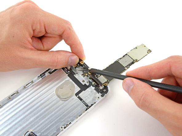 کانکتور آنتنی که منجر به وصل شدن برد آیفون 6 پلاس تعمیری به درب پشت آن شده را باز کنید.