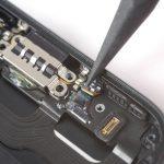 با نوک اسپاتول مشابه با عکس های ضمیمه شده، دو میکروفون موجود در لبه زیرین پنل پشتی آیفون 7 را جدا کنید.