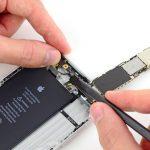 کانکتور آنتنی که منجر به وصل شدن برد آیفون 6 پلاس تعمیری به درب پشت گوشی شده را باز کنید.