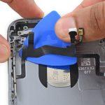 حرکت پیک در زیر سیم دکمه ولوم و پاور آیفون 6 اس تعمیری را تا جایی ادامه دهید که این سیم کاملا از روی درب پشت گوشی باز شود.