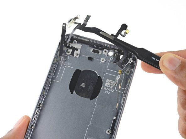 سیم دکمه ولوم و پاور آیفون 6 اس تعمیری را از درب پشت گوشی جدا کنید.