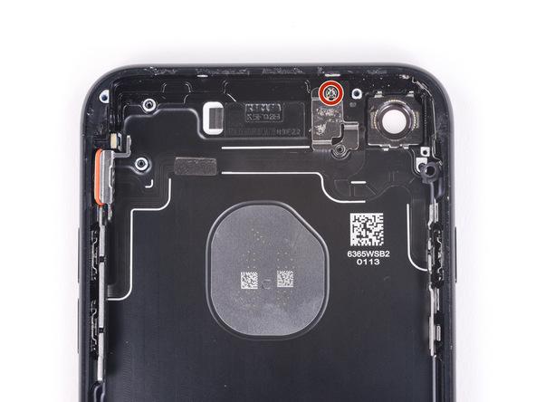 پیچ استنداف و 2.3 میلیمتری که در عکس با رنگ قرمز نمایش داده شده را باز کنید. این پیچ براکت چراغ فلش آیفون 7 را به دوربین اصلی متصل میکند.