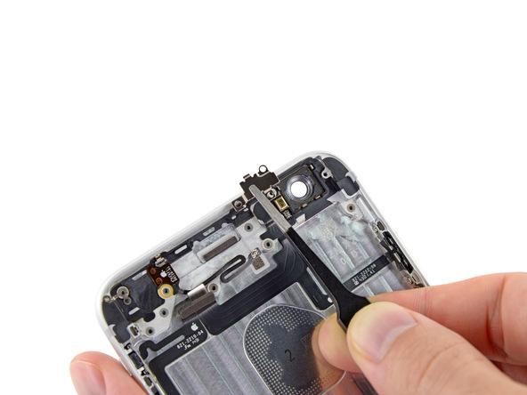 براکت کابل دکمه پاور را با پنس از روی درب پشت گوشی جدا نمایید.
