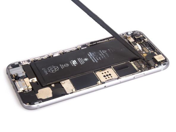 کانکتور دوربین اصلی آیفون 6 را از روی برد جدا کنید.