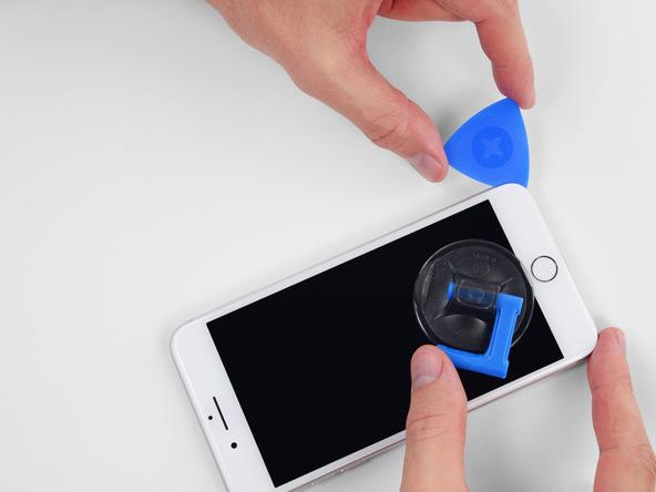 پیک را مجددا به لبه زیرین قاب آیفون منتقل کرده و این بار از این قسمت به لبه سمت راست قاب گوشی هدایت کنید. پیک را به صورت رفت و برگشت در این بخش از قاب گوشی حرکت دهید تا کاملا شل شود.