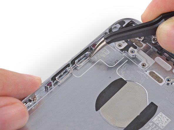 دو دکمه فیزیکی تنظیم صدا یا همان ولوم آیفون 6 تعمیری را از لبه سمت چپ قاب گوشی جدا کنید.