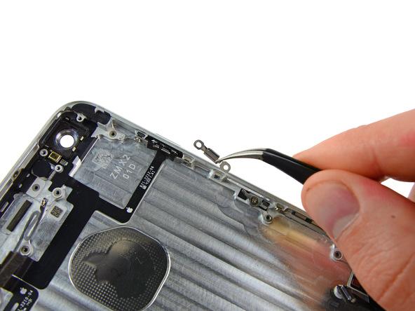 براکت پشت دکمه پاور آیفون 6 پلاس را با پنس از درب پشت گوشی جدا نمایید.