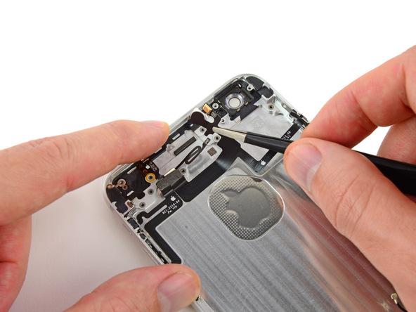 به آرامی بخش فوقانی کابل دکمه پاور آیفون 6 پلاس (بخش نزدیک به میکروفون طلایی رنگ) را با نوک پنس گرفته و به سمت پایین هول دهید و نهایتا کل کابل را از روی درب پشت گوشی جدا کنید.