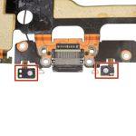 برای اینکه از نفوذ آب و گرد و غبار از پورت شارژ آیفون 7 به داخل دستگاه جلوگیری شود یک لاستیک آب بندی در اطراف آن قرار داده شده است. توصیه میکنیم این لاستیک آب بندی را تعویض کنید.