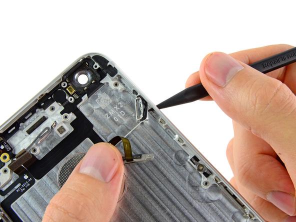 دکمه پاور آیفون 6 پلاس تعمیری را با پنس به سمت داخل هول دهید.