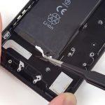 در زیر باتری آیفون 7 دو چسب قابل مشاهده است. با ناخن، پیک یا پنس یکی از این دو چسب را مثل عکس های ضمیمه شده از روی باتری جدا کنید.