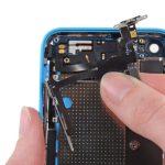 نکته: به هیچ عنوان در این مرحله سعی نکنید که مجموعه سیم دکمه پاور، سایلنت ولوم آیفون 5C تعمیری را کاملا از درب پشت گوشی جدا نمایید.