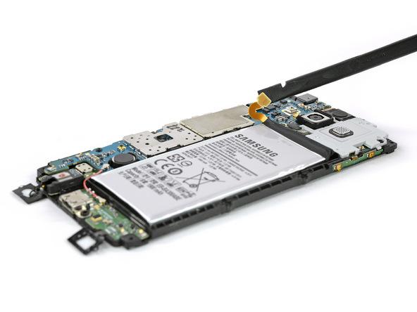 گلکسی A3 2015 تعمیری را مثل عکس اول به گونهای روی میز کارتان قرار دهید که باتری گوشی رو به سمت بالا قرار گیرد.