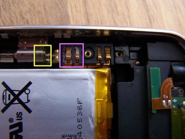 در این مرحله باید برد آیفون را از روی آن جدا کنید. اگر آب به داخل ال سی دی گوشی نفوذ کرده باشد، بعد از جداسازی برد به با بخش هایی مواجه میشوید که به شدت آسیب دیدهاند و آب خوردگی در آن ها مشخص است.