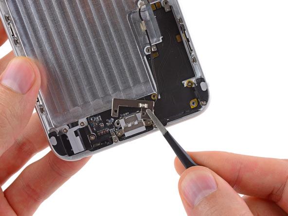 براکت سوکت شارژ آیفون 6 پلاس تعمیری را از بخش زیرین درب پشت گوشی جدا کنید.