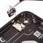 کابل انعطافپذیر آنتن را با پنس از روی پنل گوشی جدا کنید.