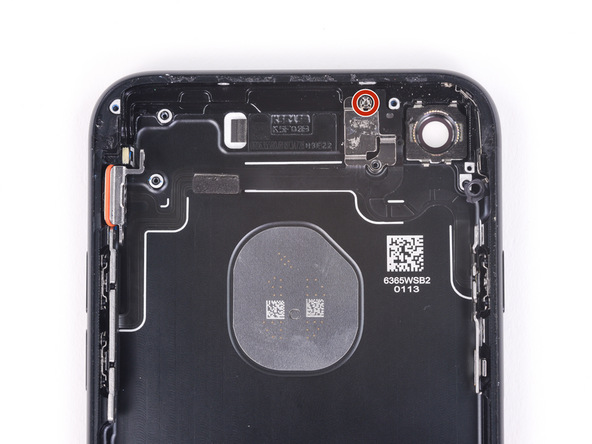 پیچ استنداف و 2.3 میلیمتری که در عکس با رنگ قرمز نمایش داده شده را باز کنید. این پیچ براکت چراغ فلش آیفون 7 را به دوربین اصلی آن متصل میکند.