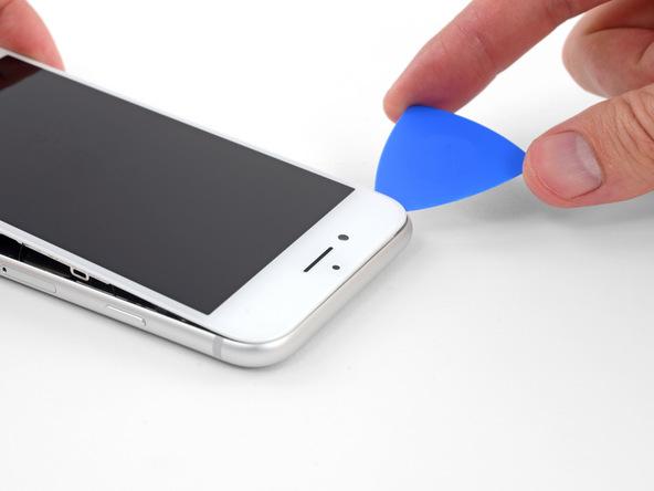 در همان حالت که لبه زیرین صفحه نمایش آیفون 8 به اندازه 15 درجه از بدنه گوشی بلند شده، نوک پیک را در لبه فوقانی قاب دستگاه فرو برده و این بخش از قاب گوشی را هم شل نمایید.