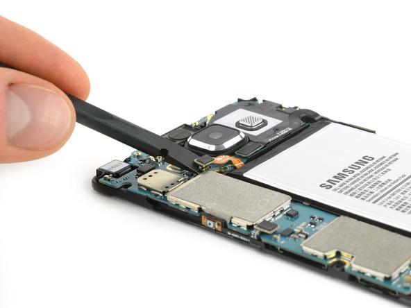 بدنه گلکسی A5 2015 تعمیری را مثل عکس اول به گونهای روی میز کارتان قرار دهید که لنز دوربین اصلی گوشی به سمت بالا قرار داشته باشد و دسترسی به باتری امکانپذیر شود.