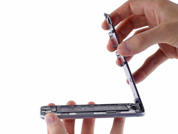 درب جلو یا همان صفحه نمایش آیفون 6 تعمیری را به صورت کتابی از لبه زیرین باز کنید تا به صورت عمودی در آید.