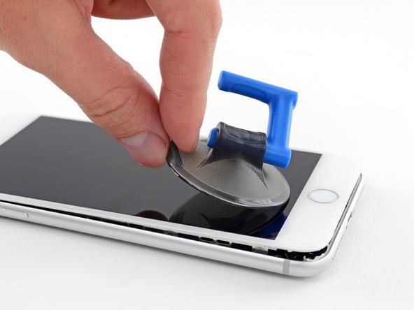 ساکشن کاپ را از روی صفحه نمایش گوشی جدا کنید.