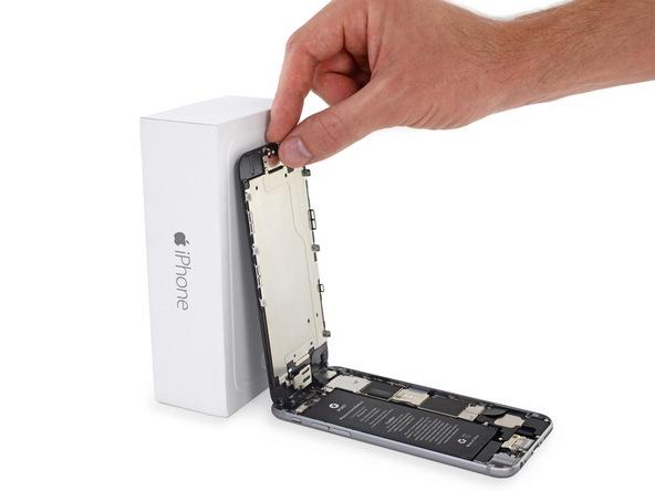 درب جلوی آیفون 6 تعمیری را با کش به یک تکیهگاه مناسب وصل کنید تا به صورت عمودی قرار بگیرد.