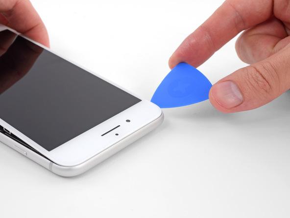 همانطور که لبه زیرین صفحه نمایش آیفون 8 پلاس را با زاویه 15 درجه نگه داشتهاید، پیک را در لبه فوقانی قاب گوشی حرکت دهید و این بخش از قاب را هم شل نمایید تا تمام لبه های نمایشگر گوشی شل شوند.