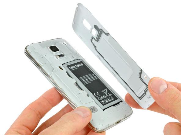 درب پشت گلکسی اس 5 مینی را با استفاده از بخشی که در لبه فوقانی و سمت راست درب پشت گوشی تعبیه شده باز کرده و کاملا از گوشی جدا نمایید.