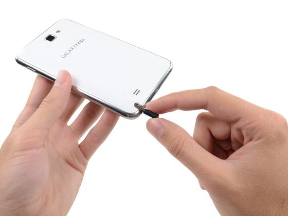 قلم استایلوس گوشی را از لبه زیرین آن خارج نمایید.