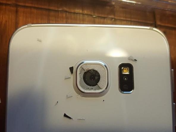 اگر شیشه روی لنز دوربین اصلی گلکسی S6 Edge کاملا شکسته باید خرده شیشه های روی آن را با دقت از آن جدا کنید و مراقب باشید که این خرده شیشه ها به لنز دوربین اصلی گوشی آسیب نزنند و خط و خشی روی آن ایجاد نکنند. اما اگر شیشه مورد نظر فقط ترک دارد، باید سعی کنید آن را خیلی آرام شکسته و مثل حالت قبل کاملا از روی لنز دوربین اصلی گوشی جدا نمایید.