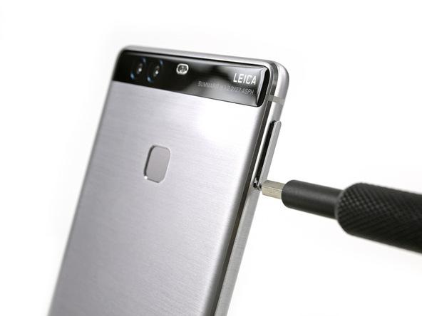 خشاب سیم کارت گوشی را از لبه سمت چپ قاب دستگاه جدا نمایید.